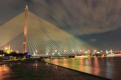 Puente crepuscular de Bangkok Rama VIII Foto de archivo libre de regalías