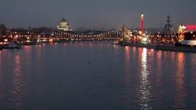 Puente crimeo del coche de la ejecución sobre el río de Moscú en la igualación de Rusia almacen de video