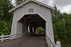 Puente cubierto blanco de Hoffman de la vendimia Imágenes de archivo libres de regalías
