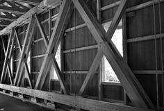Puente cubierto blanco y negro Imagenes de archivo