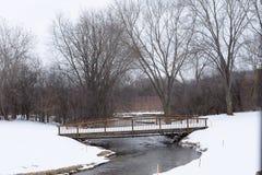 Puente cubierto con nieve en Ginebra, WI LOS E.E.U.U. imagenes de archivo