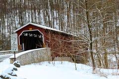 Puente cubierto de Colemansville en invierno Imagen de archivo