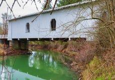Puente cubierto de Hoffman en Oregon rural Foto de archivo