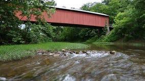 Puente cubierto de Hune y lazo de Whitewater almacen de video