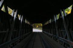 Puente cubierto de los blancos interiores imagen de archivo