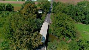 Puente cubierto del dialecto de Pennsylvania en el campo de Amish almacen de video