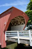 Puente cubierto del Hogback cerca de Winterset Iowa Imágenes de archivo libres de regalías