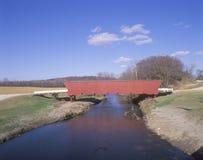 Puente cubierto del Hogback, condado de Madison, IA Foto de archivo