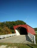 Puente cubierto del Hogback en el condado 3 de Madison Foto de archivo