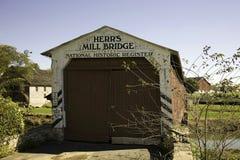 Puente cubierto del molino de Herrs Imagenes de archivo