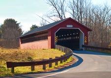 Puente cubierto del molino de papel en Vermont Foto de archivo