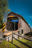 Puente cubierto el condado de Lancaster del molino sin pintar de Hunsecker Imágenes de archivo libres de regalías