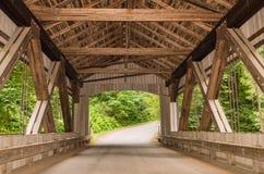 Puente cubierto en Cedar Creek Grist Mill imagen de archivo