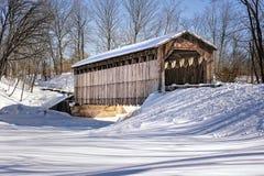 Puente cubierto en invierno - Lowell, MI de Fallasburg Imagen de archivo libre de regalías
