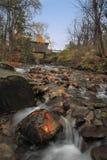 Puente cubierto en otoño Foto de archivo