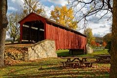 Puente cubierto en otoño fotos de archivo