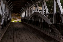 Puente cubierto histórico de Barronvale - Autumn Splendor - Somerset County, Pennsylvania fotos de archivo