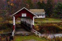 Puente cubierto histórico de Barronvale - Autumn Splendor - Somerset County, Pennsylvania fotografía de archivo