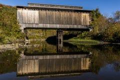 Puente cubierto histórico escénico - reflexión - ferrocarril abandonado - Vermont foto de archivo libre de regalías