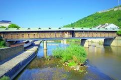 Puente cubierto Lovech del río de Osam Foto de archivo