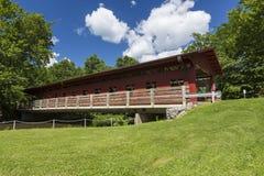 Puente cubierto rojo Imagenes de archivo