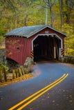 Puente cubierto rojo en el parque del condado de Lancaster Fotos de archivo libres de regalías