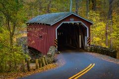 Puente cubierto rojo en el parque del condado de Lancaster Imagenes de archivo