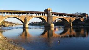 Puente cubierto sobre el espejo del agua Fotografía de archivo