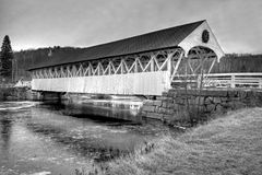 Puente cubierto viejo de Nueva Inglaterra en el duotone blanco y negro Fotografía de archivo libre de regalías