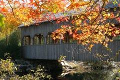Puente cubierto y otoño fotos de archivo