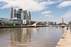 Puente de Λα Mujer και ουρανοξύστες στο Puerto Στοκ φωτογραφία με δικαίωμα ελεύθερης χρήσης