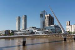 Puente de Λα Mujer και ουρανοξύστες στο Puerto Στοκ εικόνα με δικαίωμα ελεύθερης χρήσης