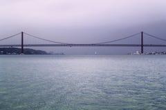 Puente 25 de abril de acero sobre el Tajo Fotos de archivo