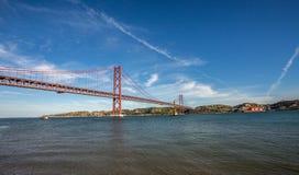 Puente de De abril en el portuga de Lisboa Fotografía de archivo