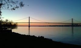 Puente 25 de abril y el río Tagus Imágenes de archivo libres de regalías