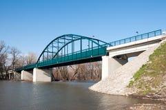 Puente de acero azul en el río Imágenes de archivo libres de regalías