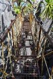 Puente de acero del pie que va al pico del acantilado de Taraw en el EL Nido, Palawa imagenes de archivo