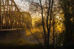 Puente de acero en niebla dissapating de la mañana Fotografía de archivo