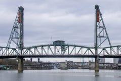 Puente de acero que atraviesa el río Columbia Foto de archivo libre de regalías