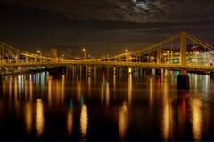 Puente de acero sobre el agua Imagenes de archivo