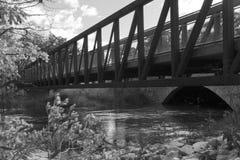 Puente de acero sobre el río Chicago y el túnel de piedra, Grayscale Fotos de archivo