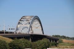 Puente de acero viejo del suspsension sobre los leks del río en Vianen para la carretera A2 en los Países Bajos Imagenes de archivo