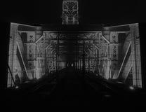 Puente de acero viejo iluminado en la noche Fotografía de archivo
