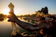 Puente de Alejandro III contra puesta del sol en París, Francia Fotos de archivo