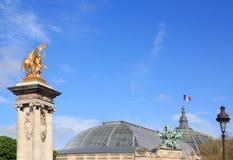 Puente de Alejandro III y el tejado del Palais magnífico (París, Francia) Fotografía de archivo