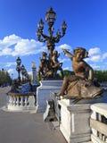 Puente de Alexander III con las esculturas y las linternas Imagenes de archivo