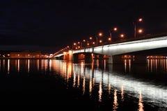 Puente de Alexander Nevsky en la noche Foto de archivo libre de regalías