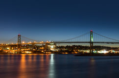 Puente de Angus L Macdonald Bridge que conecta Halifax con Dartmouth imagenes de archivo