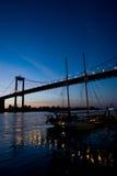 Puente de Aquitania por Burdeos de la noche foto de archivo libre de regalías