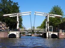 Puente de báscula holandés típico en Amsterdam Fotografía de archivo libre de regalías